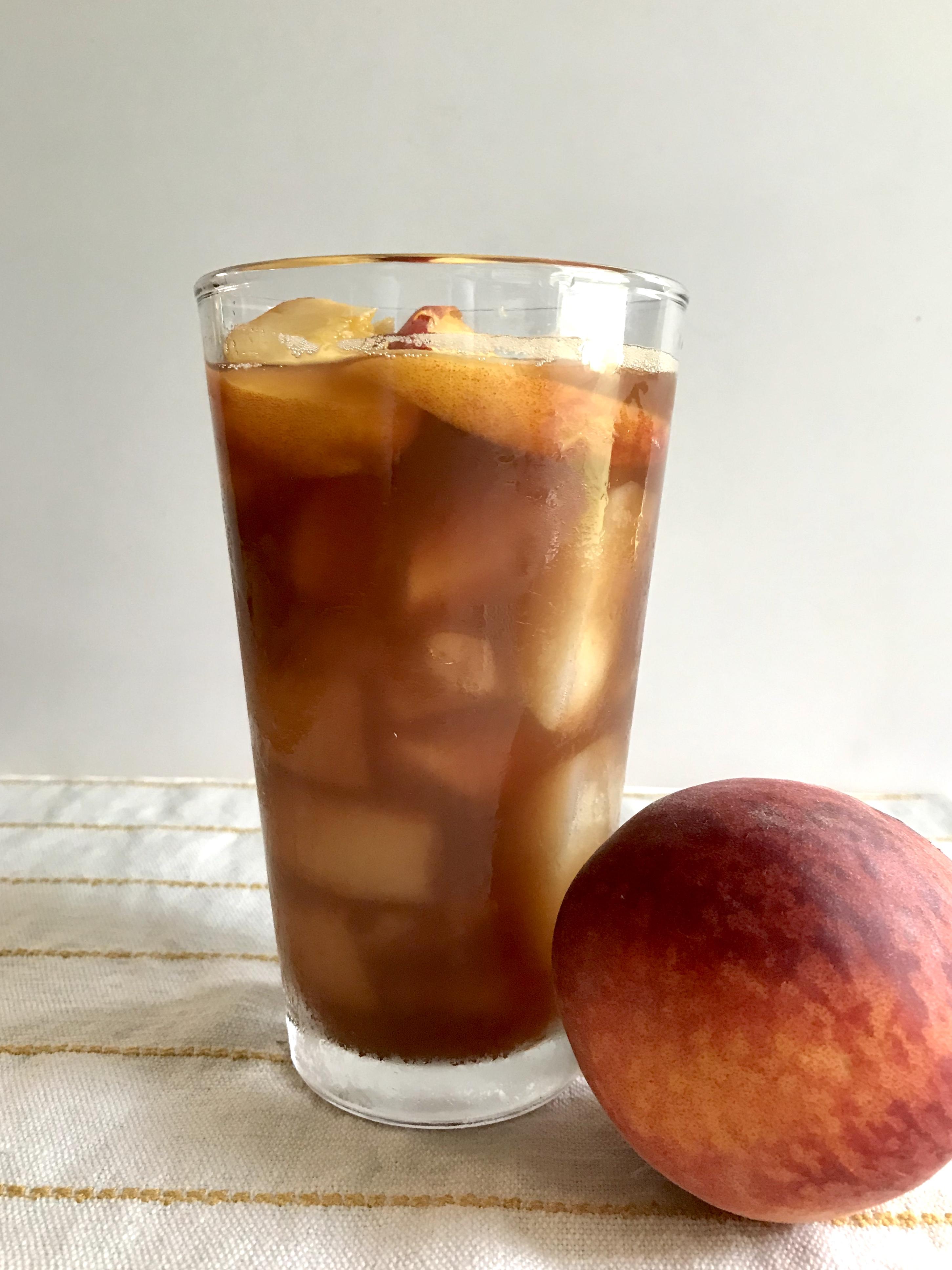 Everyday Party Magazine Peach Sweet Tea #Peaches #PeachRecipes #SouthernRecipes